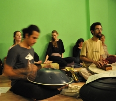 Canta com Amor no Bliss Yoga