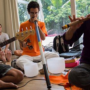 Ramam tocando Didgeridoo